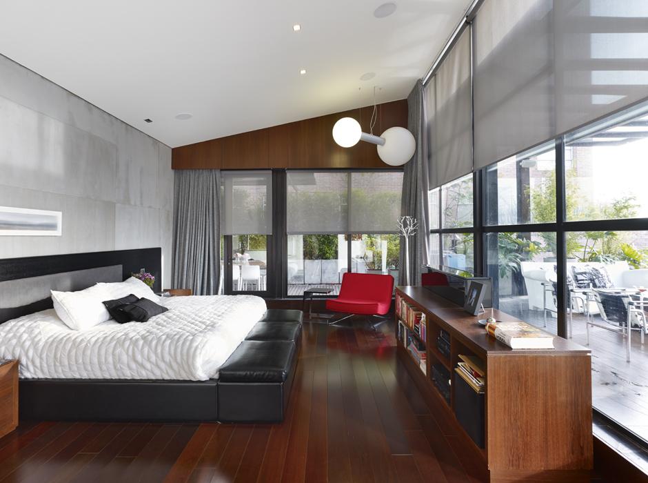 La cama, diseño de Lian, está hecha de ecocueros con textura de piel de serpiente. La pared es de microcemento. Destaca la lámpara O2Oxygen, de Delta Light.