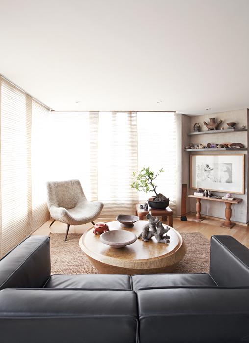 La sala es una buena mezcla del sofá Le Corbusier, la mesa de madera con base cónica de Alberto Sánchez Cristo, los platos Tumaco, la escultura de Nadín Ospina, un objeto de La Chamba y un bonsái de naranjo de 40 años.