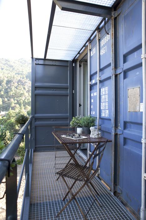 La terraza de la alcoba principal cuenta con una cubierta traslúcida para permitir el paso de la luz. El metal es el elemento predominante del espacio.