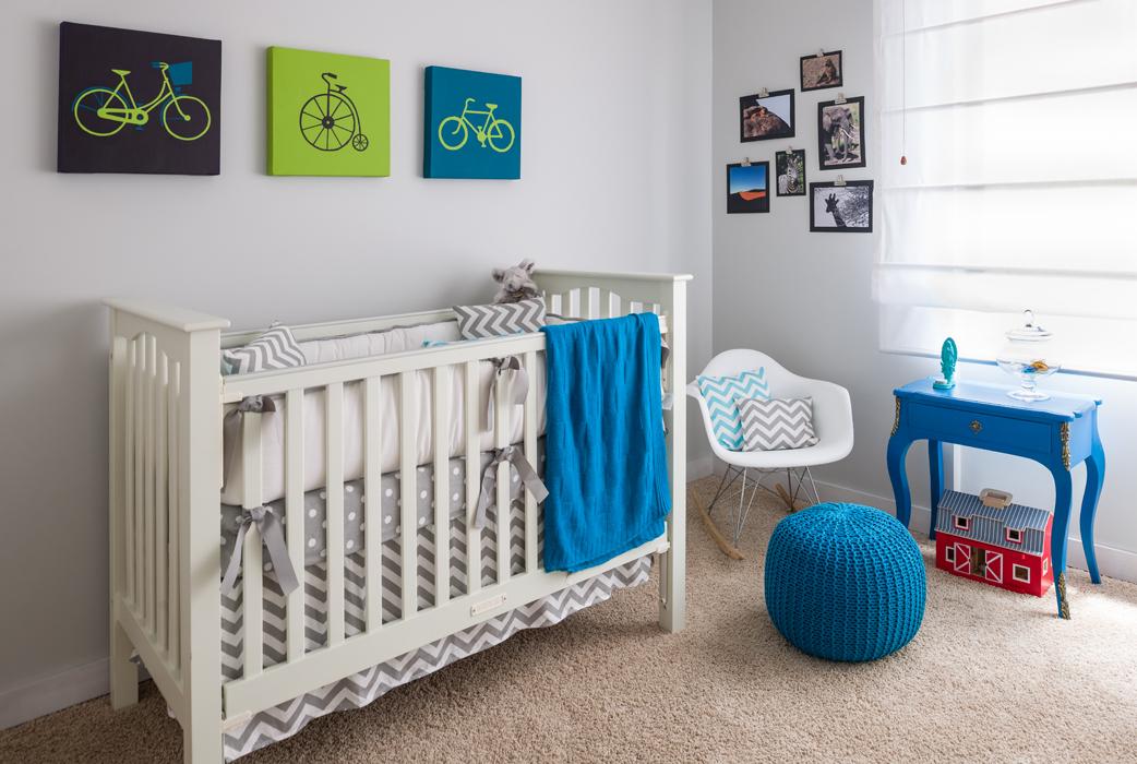 El cuarto del bebé tiene pintadas bicicletas y algunas fotos de animales de un safari. La pared es gris pálido, un tono neutro propicio para ambientar esta atmósfera sin sobreestimular ni apaciguar.