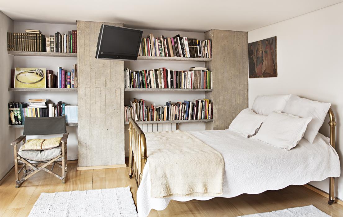 La cama norteamericana, de principios del siglo XX, es lo más vistoso del cuarto de huéspedes; le sigue la obra 58 años, una fotografía de un anillo de compromiso montada sobre un limón partido.