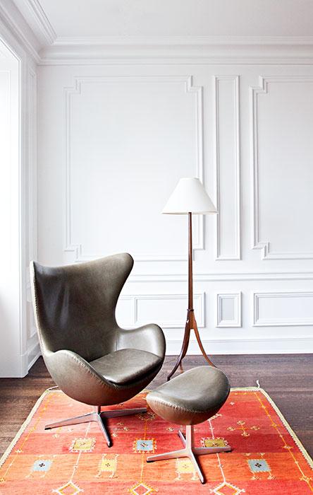 Este es uno de los rincones favoritos de la propietaria, donde sobresale la Egg Chair, diseño de Arne Jacobsen. Un tapete de Marruecos y una lámpara de piso complementan el espacio.