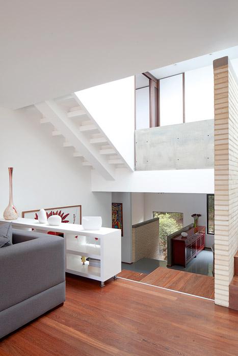 El juego de planos que generan relaciones verticales y horizontales únicas son el espíritu de este diseño, donde el uso de la madera en el piso, los planos blancos en los muros, el concreto a la vista y el ladrillo refractario.