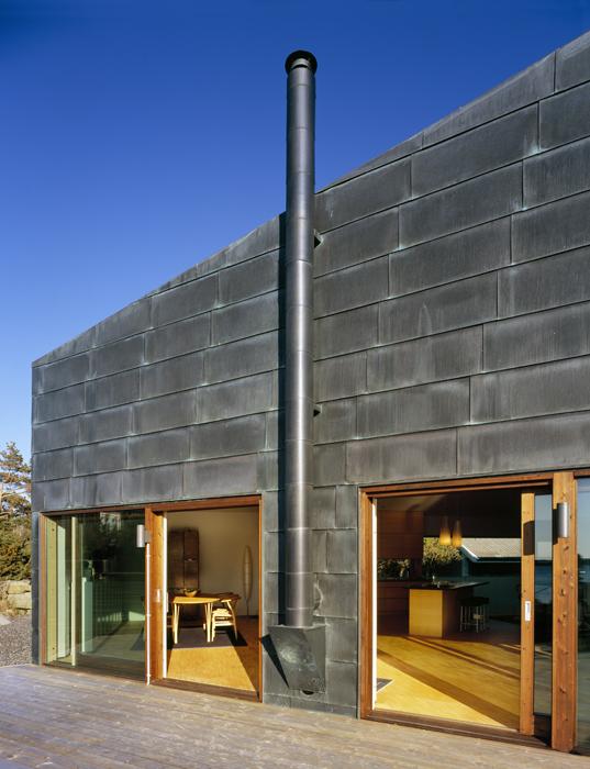 Los muros de concreto se aislaron con una espuma especial y se revistieron con láminas de cobre con pátina negra, que con el tiempo tomarán una tonalidad verde para armonizarla con el entorno.