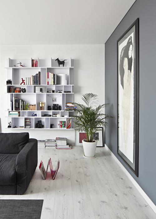 Dos mujeres es el nombre de la obra, de 2,5 metros de alto, de la artista Marcela Rodríguez. Sus colores, acordes a la tendencia del apartamento, contrastan con el revistero rojo de acrílico y con los objetos que acompañan a los libros.