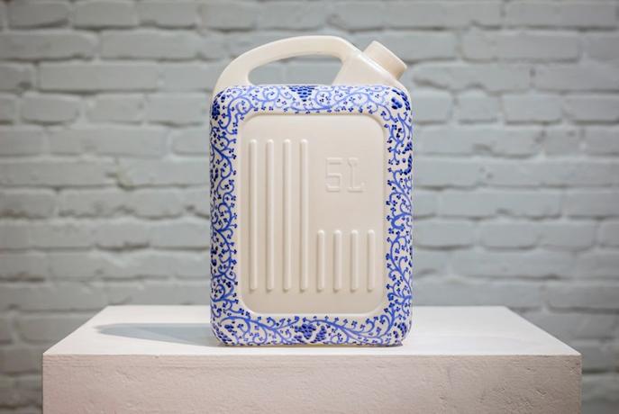 Recipiente con agua decorado por Mañes Rubio.