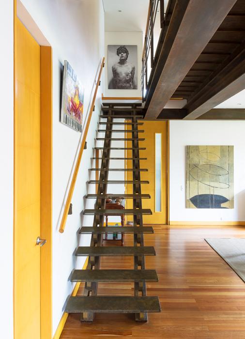 Acceso al apartamento, en el fondo de la primera planta una obra de Jaime Franco.