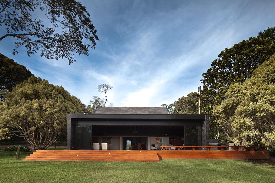 El volumen principal, en el cual se ubica el salón, está integrado al exterior por medio de un deck de madera teca que a través de grandes puertas de vidrio se puede unir o independizar.