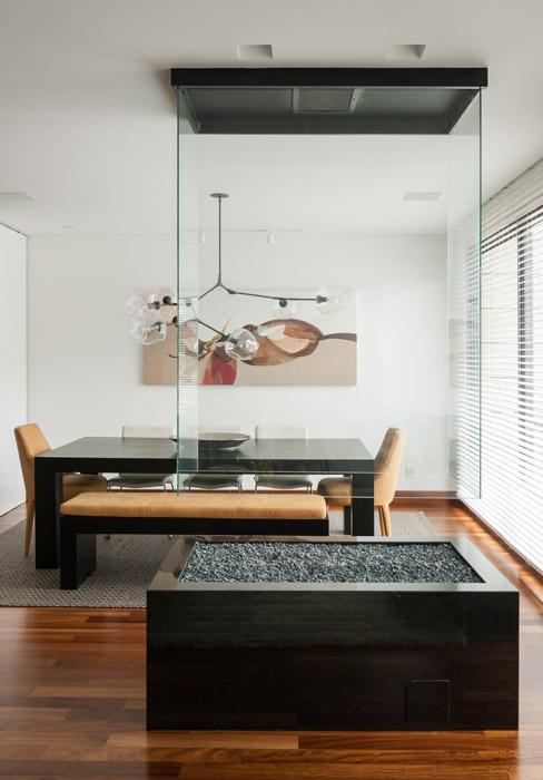 Las sillas cabeceras evocan un diseño característico de los setenta, década en que tapizaban todo el cuerpo del mueble, y contrastan con el estilo contemporáneo de la mesa de roble, de BoConcept.