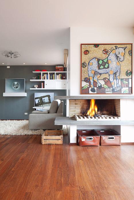 El espacio del family está planteado como un elemento adjunto al salón del apartamento. Sobresalen las dos cajas de luz de la artista Ali Toscani, hija del famoso fotógrafo italiano Oliviero Toscani.