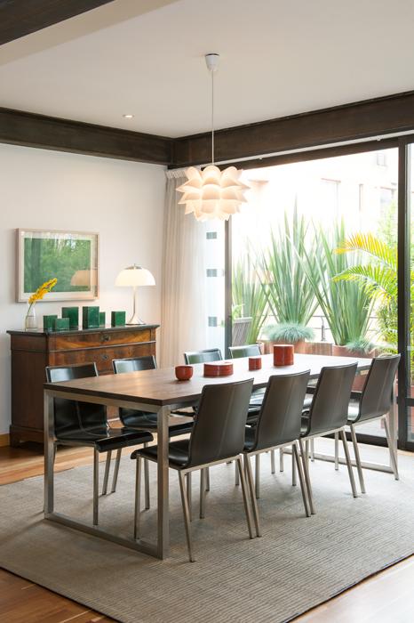 El tapete, diseñado por Jorge Lizarazo - Hechizoo, combina con el aluminio de las sillas y del comedor italiano.