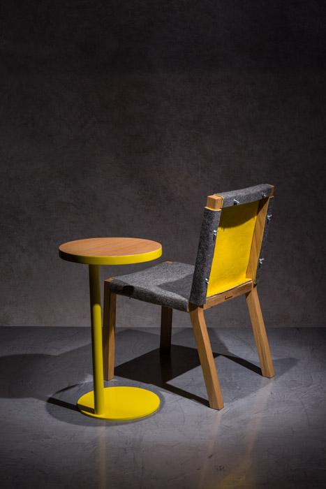 Mesa auxiliar Handy hecha en chapilla y estructura de hierro, disponible en diversas dimensiones y acabados. Silla de comedor Fieltro, de roble con tapizado en fieltro de colores. Todo lo anterior de Perceptual.