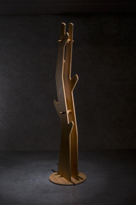 Perchero chileno fabricado en pino chileno ciento por ciento natural. Tiene una altura de 173 centímetros y puede ser armado por el usuario por medio de las ranuras y perforaciones que tiene  la madera, de Vida Útil.