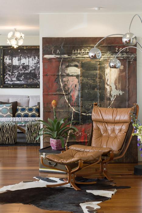 Sobresalen en esta esquina del área social una lámpara de los años sesenta, de Novecento, el cuadro de Roberto Diago y la poltrona con otoman. Al fondo, el actual estar del apartamento.