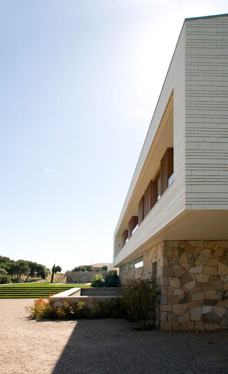 Fachada en concreto de la casa CRR de TASH en Toledo, España