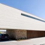Sobre el costado sur, la casa cierra sus fachadas de concreto para proteger el interior del sol de verano, mientras que los volúmenes de los espacios sociales proponen un rico juego geométrico.