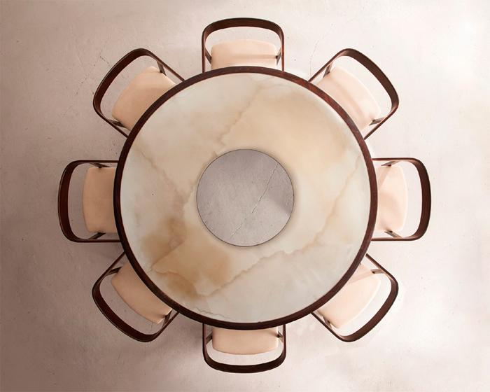 Mesa redonda y sillas con curvatura negra por Joaquim Tenreiro,1954, de R and Company Gallery, en Design Miami 2014.