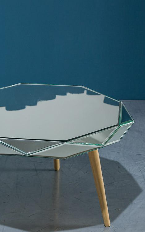 Mesa Diamante recubierta con espejos de cristal biselados manualmente  con base de madera  y patas torneadas, diseño  de Diamantina y La Perla.
