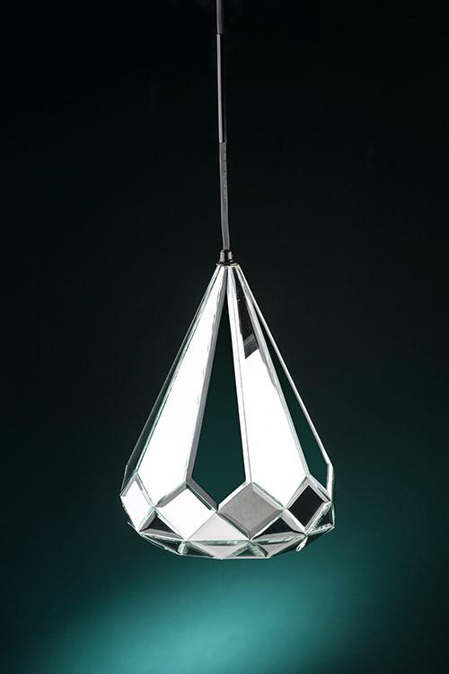 Lámpara Estalactita compuesta por pequeños espejos biselados manualmente. Sus medidas son 30 cm de diámetro por 35 cm de alto, diseño de Diamantina y La Perla.