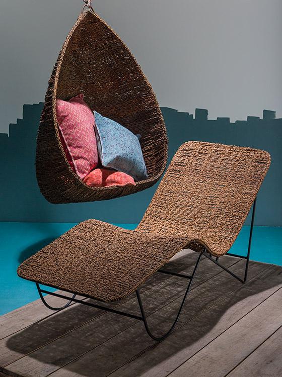 Silla asoleadora, ref. SIL012/14, elaborada manualmente con tejidos de fibra de palma de seje; silla de colgar, ref. SIL011/14, realizada con el mismo proceso de producción, ambas diseñadas por Onda de Mar y fabricadas por artesanos de la región de Córdoba.