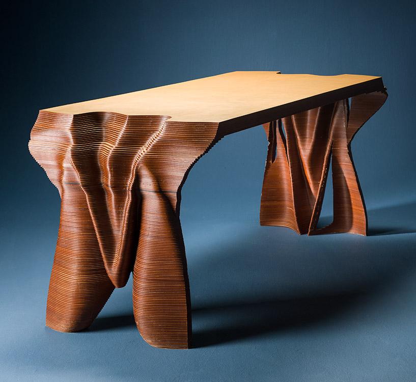 Mesa de comedor hecha por capas TopoMesa, sus materiales son MDF y laca nitro, diseño y fabricación de PerezReiter Arquitectos.