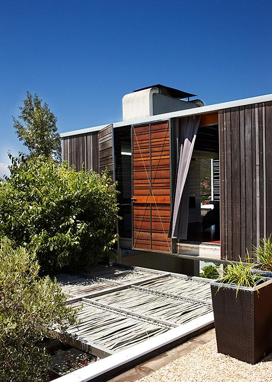 Un diseño muy inteligente caracteriza esta casa emplazada en una sierra, en un suburbio de Ciudad del Cabo. El arquitecto fue sumamente respetuoso con la naturaleza al realizar una mínima intervención.