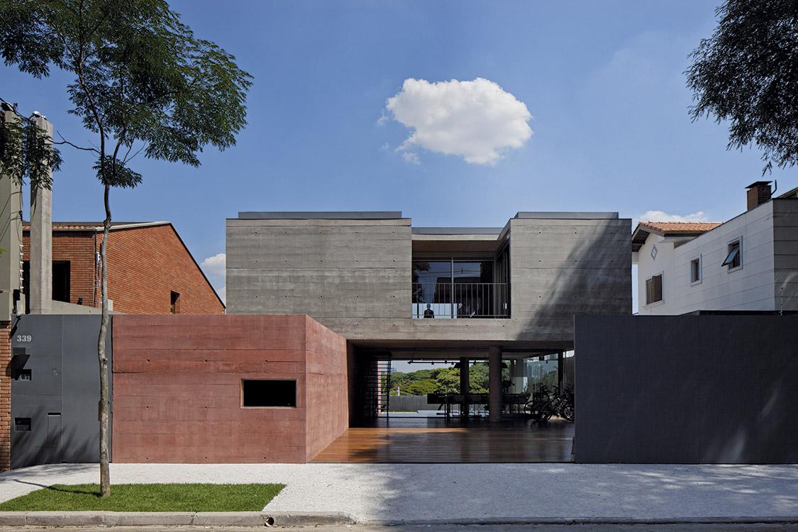 Por contraste, los bloques macizos de hormigón hacen más transparente el espacio continuo de planta baja, que inicia en el acceso y cruza todo el terreno hasta el jardín del fondo.