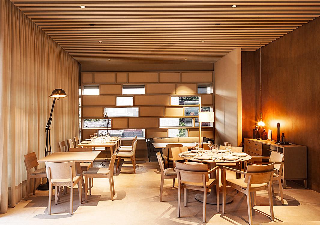 CAMINO HACIA LA LUZ .  Entrar al restaurante Juana la Loca, en Bogotá, es emprender un recorrido que parte de una caja de metal y termina al aire libre. Piso, techo y paredes de cobre sirven de transición entre la calle y el bar hecho de madera y mármol, iluminado por una lámpara de la artista neoyorquina Lindsey Adelman. Después viene la cocina de acero inoxidable, una sala de madera teca amoblada con diseños escandinavos y otra vestida de lino que desemboca en el piso de piedra blanca de la terraza. El diseño arquitectónico y todos los detalles, incluyendo la selección de cubiertos, estuvo a cargo del brasileño Isay Weinfeld. Calle 90 No. 11-13, tercer piso.