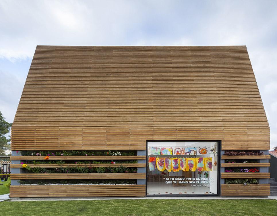 Fachada lateral  de La Leroteca, un proyecto de Lacaja Arquitectos en Cajicá, Colombia.