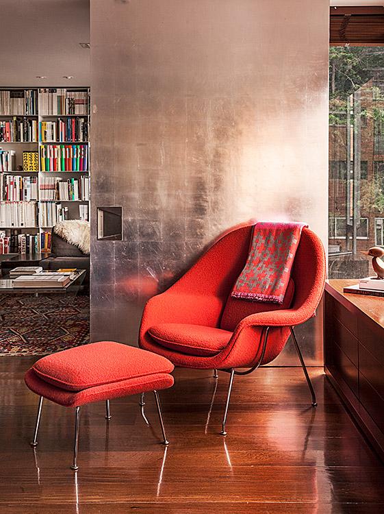 Esta esquina de la sala se luce con otro clásico del diseño: la Womb Chair with Ottoman, creada por Eero Saarinen y comprada en Knoll. Las puertas acabadas en hojilla de plata, con técnica utilizada en marqueterías son protagonistas y su brillo ilumina el espacio.