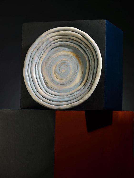 Plato Laguna, de cerámica esmaltada, diseño de Ana María Rueda para Arte&Barro - Fundación Ana Restrepo del Corral.