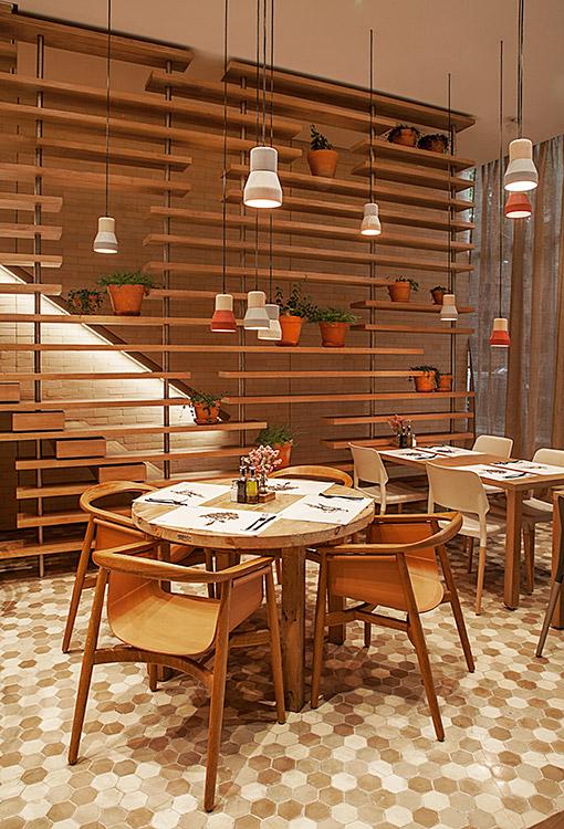 """FRESCO Y SANO  Estos son los conceptos que definen el ambiente y la cocina del nuevo restaurante Luzía, diseñado por el reconocido arquitecto brasileño Isay Weinfeld, quien junto al grupo En Compañía de Lobos trajo a Bogotá esta """"cafetería moderna"""". Tranquilidad, movimiento y frescura se perciben a través de su cocina abierta, sus lámparas colgantes y su mobiliario de cemento y madera. El espacio invita al espectador a disfrutar de una propuesta amable, sencilla y consistente. Calle 90 No. 11-13, Bogotá. Teléfono 2567500."""