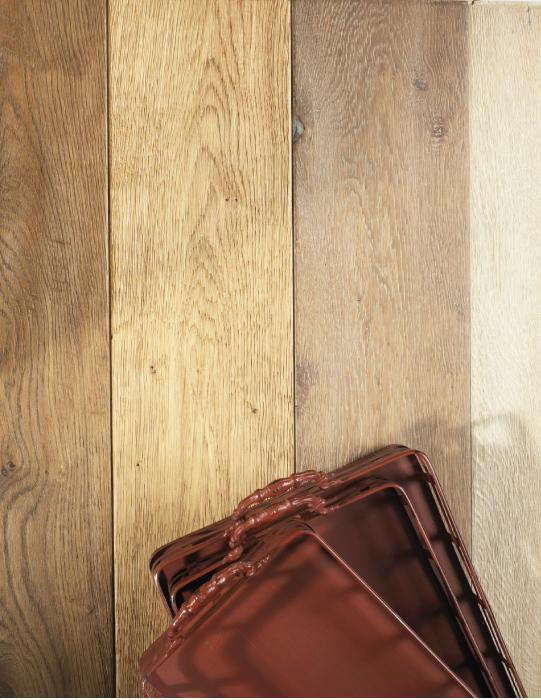 Piso de roble rústico en cuatro tonalidades: nogal, brown, natural y blanco. Estas maderas de ingeniería son importadas de Europa con acabado UV o aceite, en J. Albornoz.