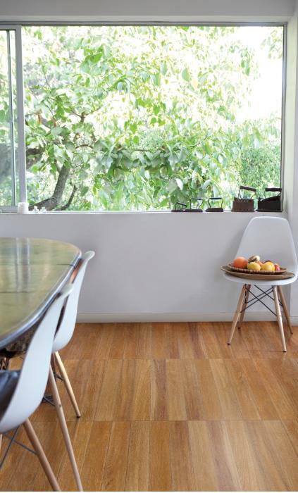 Piso de madera Ciruelo, ref. 563072751, color terracota, en formato 55,2 x 55,2 centímetros, distribuido a nivel nacional por Corona.