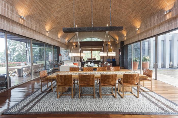 Bajo una bóveda rebajada, la sala y el comedor se pueden abrir a la terraza sobre el jardín.