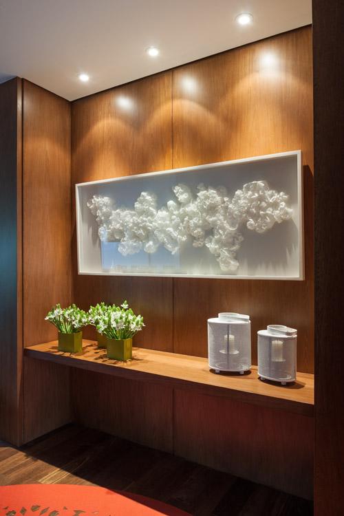 En el vestíbulo de este apartamento se roba la mirada el cuadro blanco de Johanna Arenas: una composición de papel mantequilla, cortado y doblado a mano. Sobre el piso, un tapete de vino anaranjado troquelado con láser, de Mesas y Sillas.
