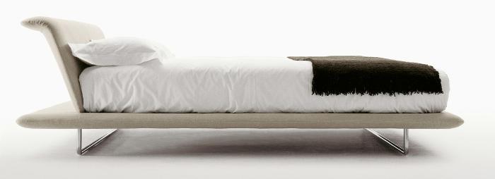 La cama Siena, diseñada por Naoto Fukasawa para B&B Italia, genera una sensación de ligereza gracias al tablero horizontal escalonado, en Luminaire.