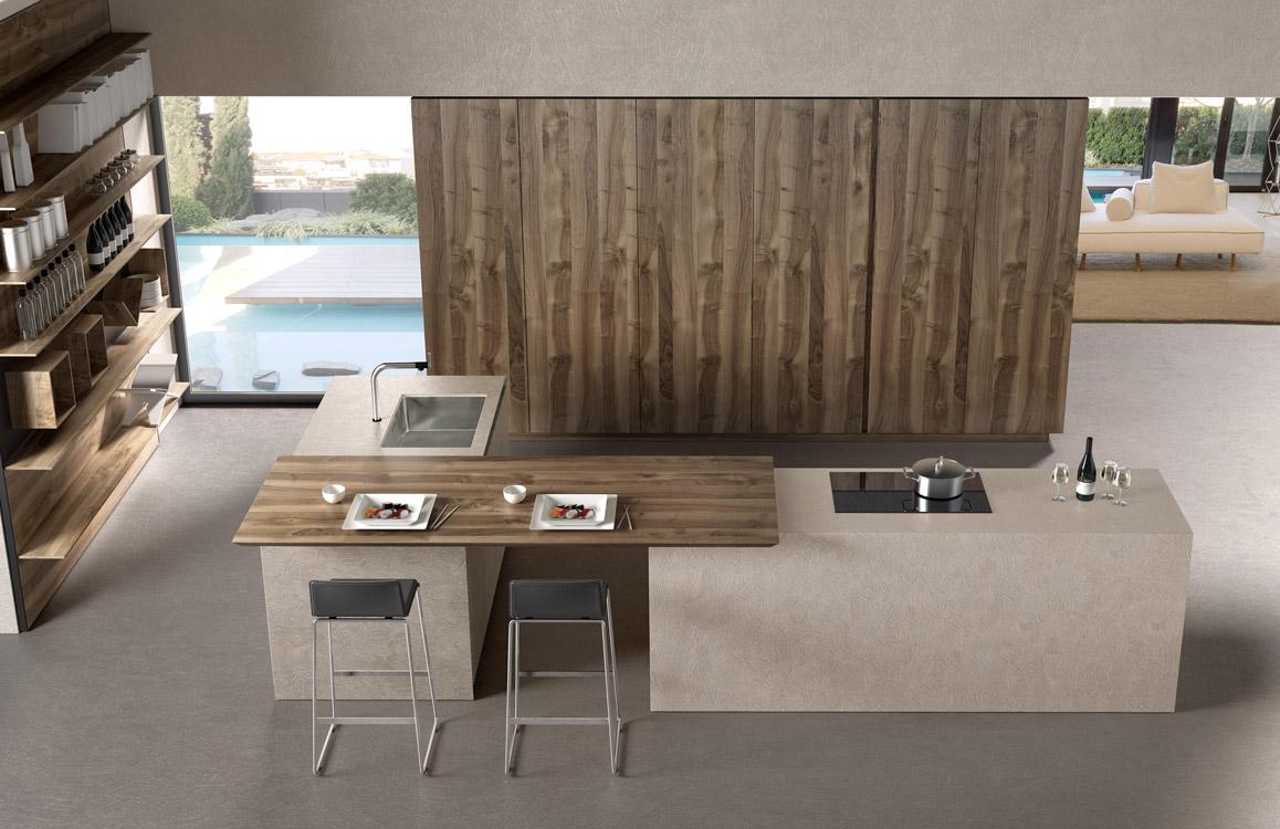 Filoantis, de Euromobil, reinterpreta el arquetipo de la cocina tradicional en clave moderna. La madera de nogal se muestra en diversos acabados como un material ecosostenible y apreciado.