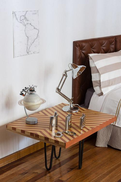 El dibujo del artista Kevin Mancera se unifica con el color de fondo de la alcoba principal para contrastar con la mesa ensamblada en marfil y roble, la madera de granadillo del piso y el espaldar de cuero capitoneado café.