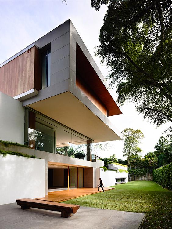 La piedra, la madera y el concreto revestido de blanco se combinan en una arquitectura que demuestra su claridad y sencillez formal.