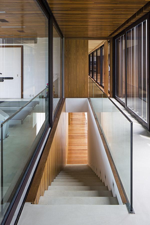 Desde el hall de  entrada se puede acceder directamente  a la planta inferior,  donde fueron  dispuestas las habitaciones  de huéspedes.