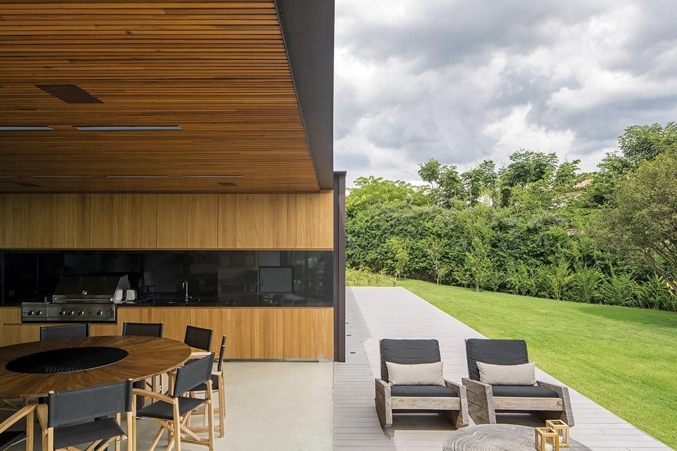 Un espacio de barbacoa al aire libre articula el cuerpo central con el ala oriental para absorber la diferencia de ángulo entre los dos. El equipamiento exterior sobre el deck fue diseñado por Carlos Mota.