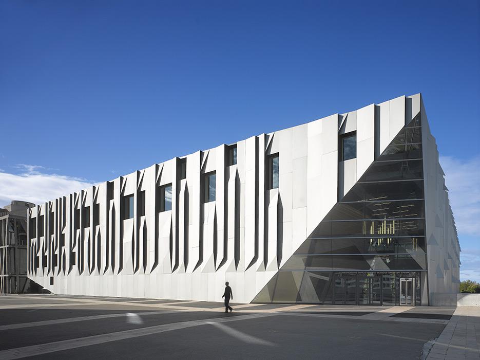 El conservatorio de música  en Aix en Provence, en Francia, está inspirado en  las obras de Paul Cézanne y  el origami japonés. La facha de aluminio plegado juega con la luz y la sombra, y evoca el pentagrama musical.
