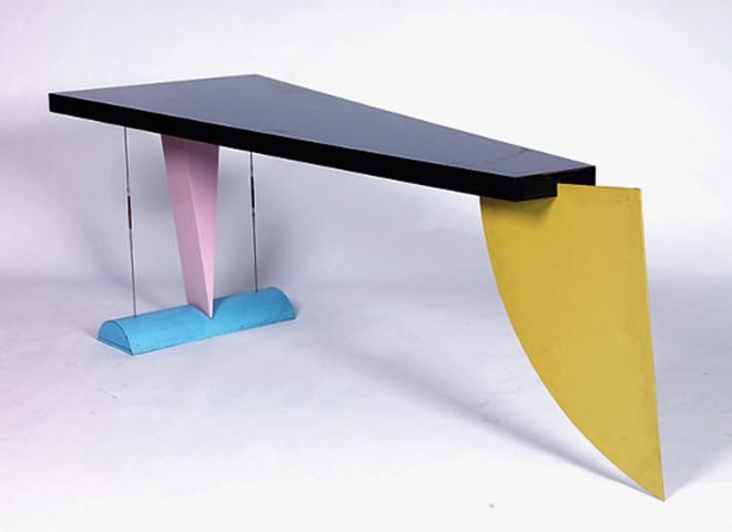 Mesa Brasilia por el diseñador brasileño Peter Shire, inspirada los legados de diseño del Memphis Group.