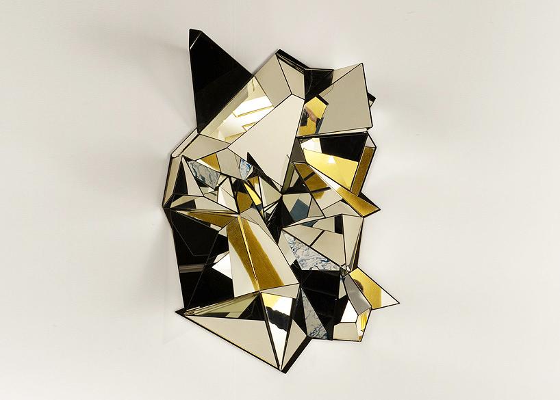 Espejo del diseñador Mathias Kiss en la galería Armel Soyer.