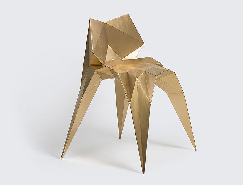 La silla Brass Bowie del diseñador Zhoujie Zhang sobresalío  en el stand de la galería ALL.