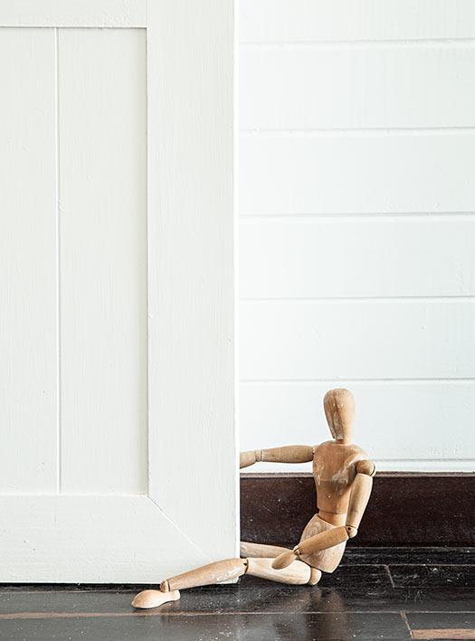 Para mantener siempre esta puerta abierta, emplean el modelo de madera que los artistas usan como referencia del cuerpo humano.