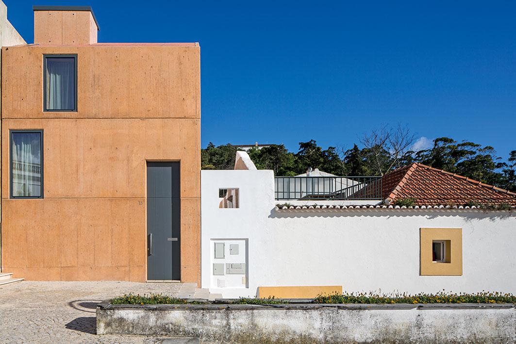 El hormigón visto toma el color ocre tradicional de las construcciones locales. Formalmente diferente, este tono tiende lazos con el lugar.