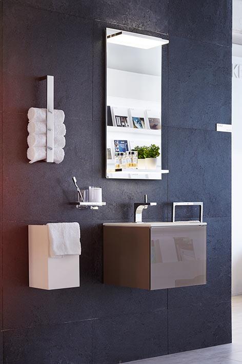 Este ambiente consta de un espejo con repisas con apliques en led; mueble de dimensión 43,5 x 43,5 cm; lavamanos, grifo y accesorios de la colección Edición 11.  Es ideal para áreas pequeñas que requieran optimizar el espacio, en Keuco.