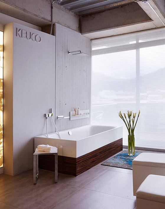 Este sistema de ducha consta de una placa de cristal que incorpora una grifería termostática y una repisa de aluminio anodizado. El sistema de llenado de la tina es tipo cascada, con ducha de mano con masajeador. El ambiente se complementa con la tina Bette Lux Highline, todo lo anterior en Keuco.